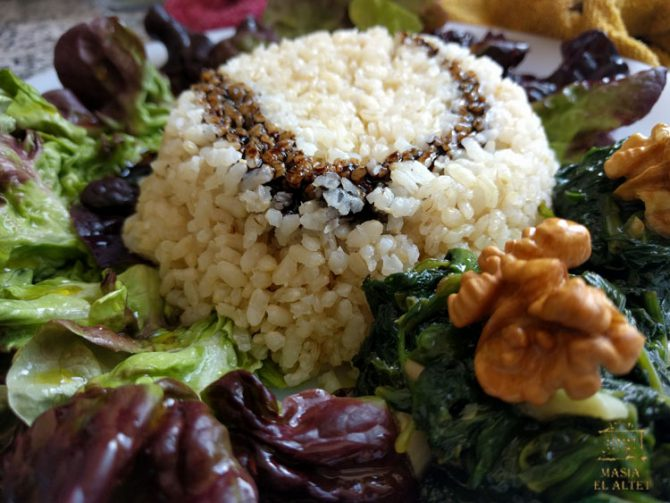 Rice salad with oak leaf lettuce and roasted walnuts